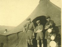 1946 - Baszowice - Kurs Drużynowych - Obóz, przed namiotem (kanadyjskim z UNRRY)